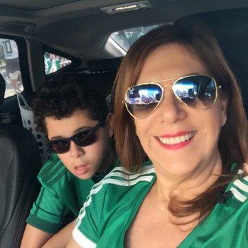 Fifa nomeia mãe que narra os jogos para seu filho cego como a 'Melhor fã de futebol' 2
