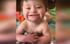 Bebê adotada com síndrome de Down sorri para sua nova mãe, e se torna viral