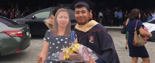 Estudante leva a foto do tamanho real de sua falecida mãe para a sua formatura