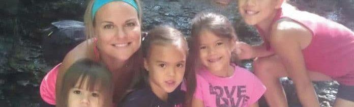 Essa mulher adotou as quatro filhas de sua amiga que morreu de câncer