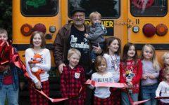 Vovô compra ônibus escolar para levar seus 10 netos para a escola todos os dias