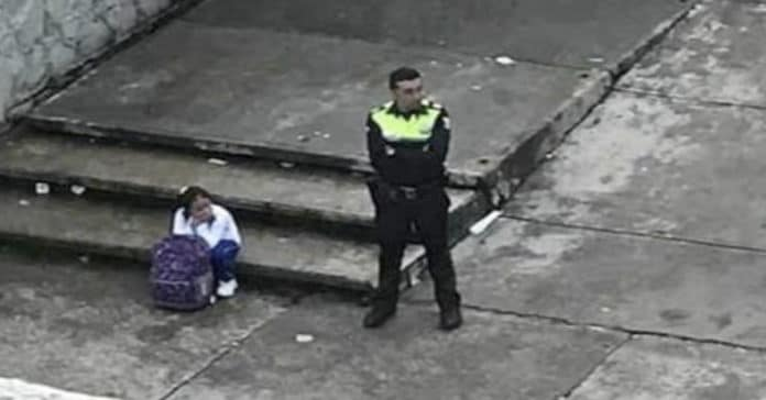 Recordamos do policial que cuidou de uma menina até a chegada dos seus pais