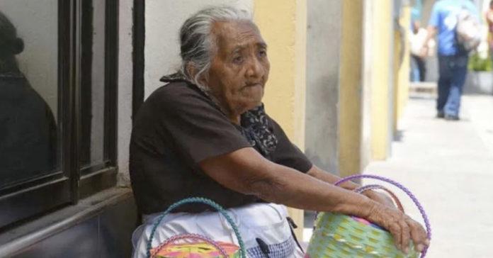 """""""Se eu não saio pra vender, não como"""": Ana María, de 88 anos"""