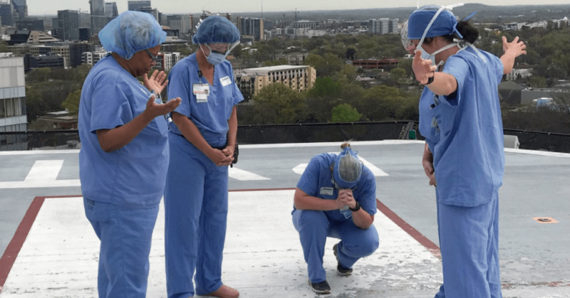 Imagens de médicos e enfermeiros orando em hospitais contra a pandemia conquistam as redes