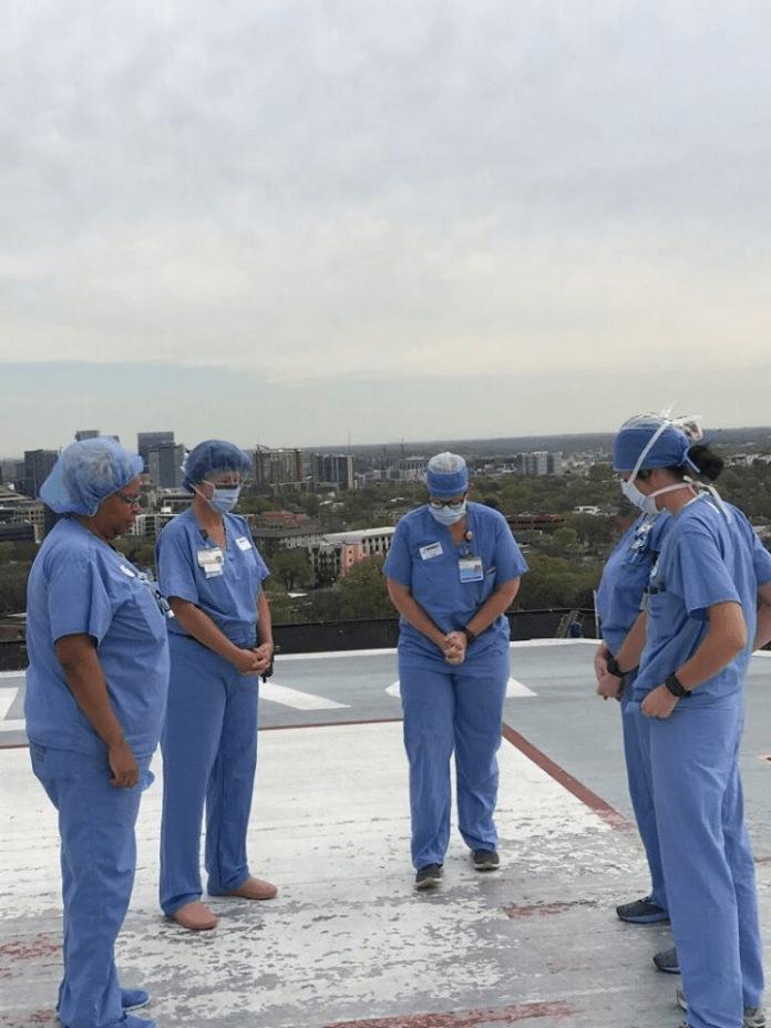 Imagens de médicos e enfermeiros orando em hospitais contra a pandemia conquistam as redes 4
