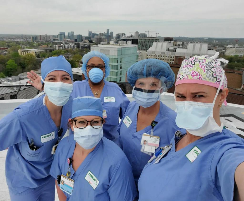 Imagens de médicos e enfermeiros orando em hospitais contra a pandemia conquistam as redes 5