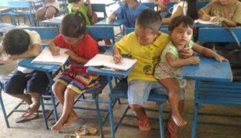 Menino leva sua irmã mais nova para a escola porque não têm ninguém pra cuidá-la. Ele não quer faltar à aula.