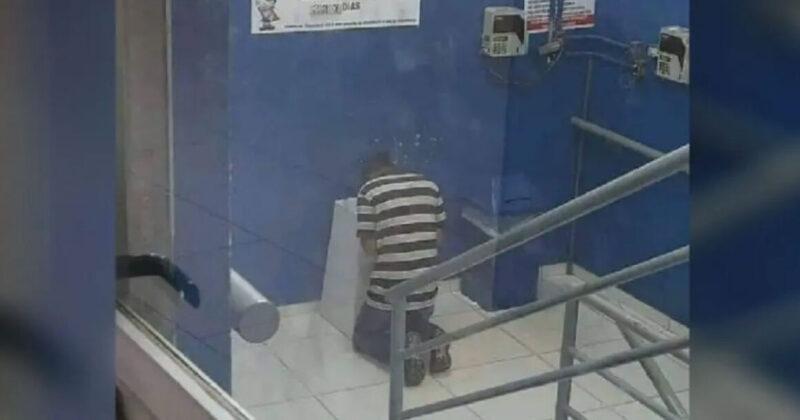 Jovem humilde se ajoelha e reza em frente o caixa de correio onde entregou seu currículo