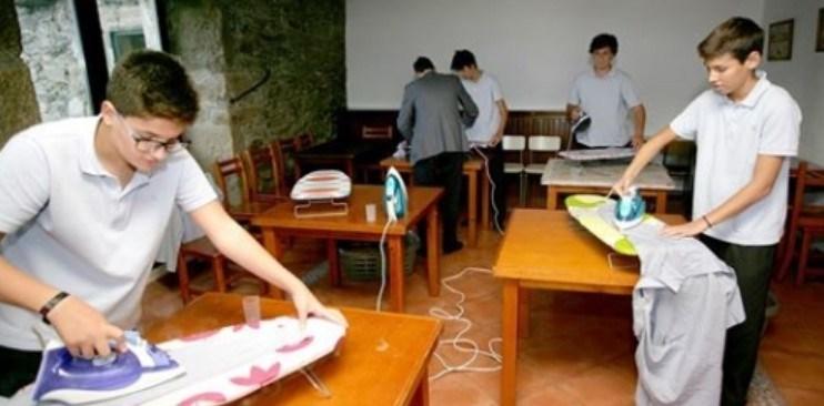 Escola na Espanha ensina meninos a cozinhar, passar, limpar e costurar
