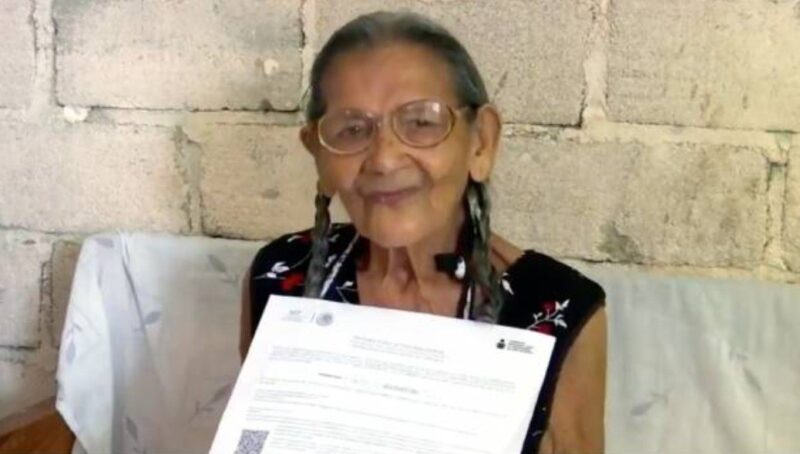 Vovó de 96 anos conclui ensino médio e quer continuar estudando para a faculdade
