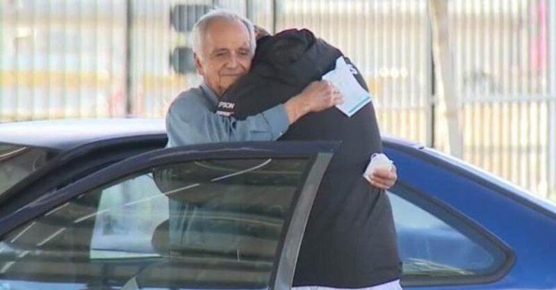 Professor de 77 anos que mora em um carro recebe um cheque de 27 mil dólares arrecados por ex-aluno