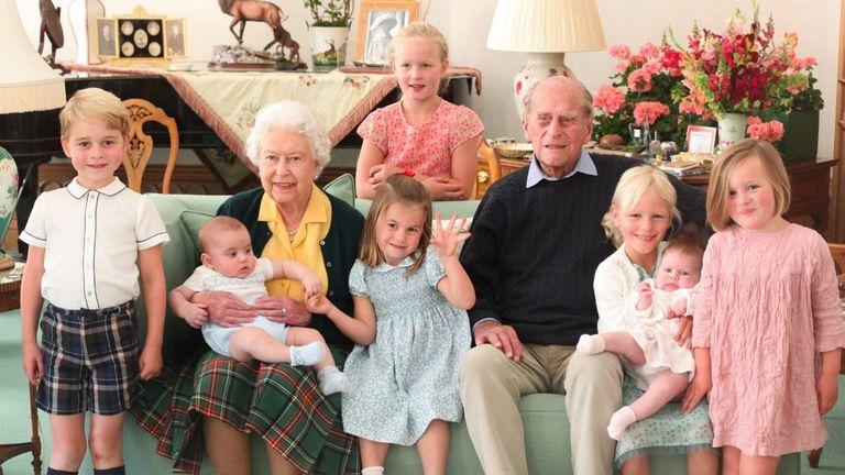 Família real divulga foto inédita de príncipe Philip com os sete bisnetos