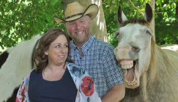 Cavalo rouba a cena durante a sessão de fotos da maternidade deste casal