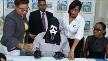 Homem se disfarça para receber prêmio da loteria para ninguém lhe pedir dinheiro