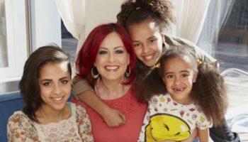 """""""Sou a única mulher que sobrou"""": Mãe chora quando suas 3 filhas se identificaram como """"não binárias"""""""