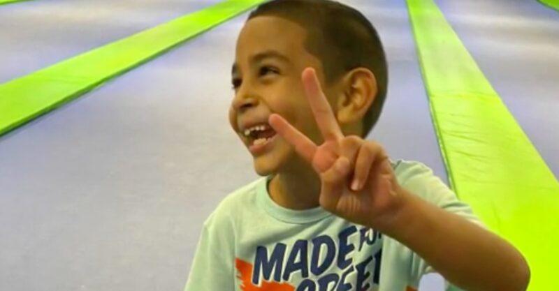 """""""Eu limpo meu quarto, lavo a louça"""": menino que está em um orfanato há 1 ano pede para ser adotado"""